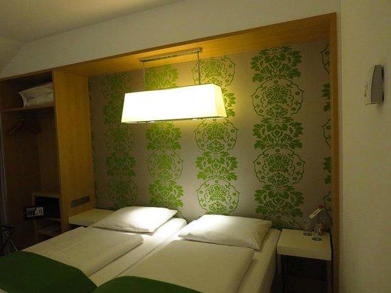 NH Berlin Potsdamer Platz: Bed  in room 616