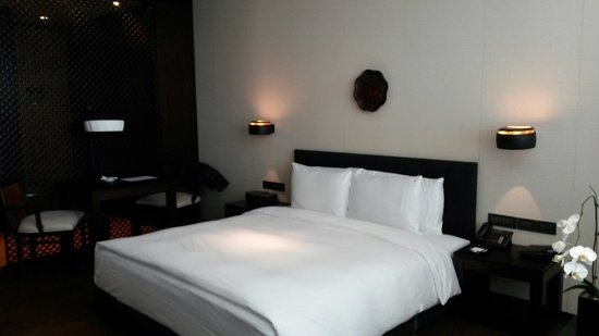 The PuLi Hotel and Spa: King size bed