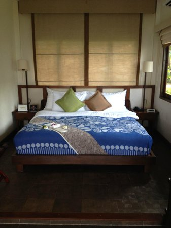 Peace Resort: Nice bed in beachfront bungalow