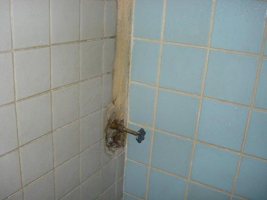 Ximena's Guest House: salle de bains en état de vétusté
