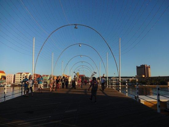 Pont de la Reine Emma : Ponte de dia