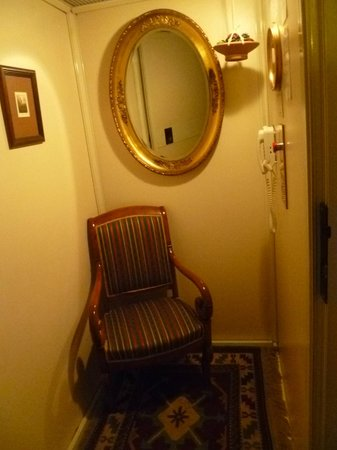 Villa Tuttorotto: Quirky (slow) elevator-complete with chair!