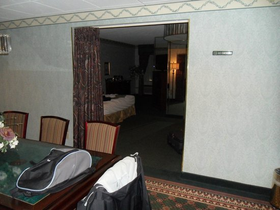 Salvatore's Garden Place Hotel, an Ascend Hotel Collection Member : looking into the sleeping area from the conference area
