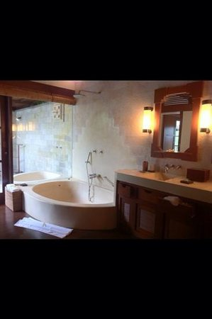 Hanging Gardens of Bali : The shower inside, at the bathroom.