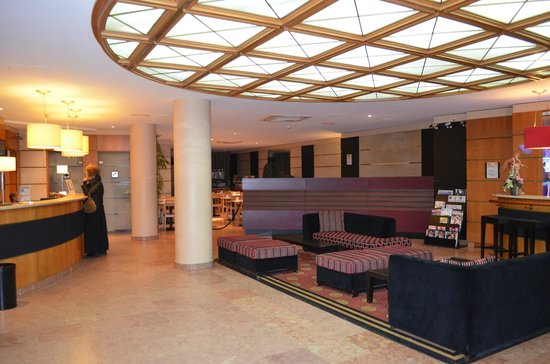Timhotel Paris Place D'Italie: Front Desk and Lobby