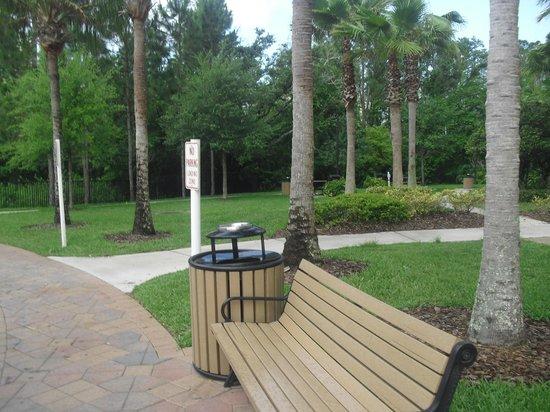 Vacation Village at Parkway : Jardim em frente ao prédio
