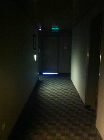 Sea Executive Suites: Need more light in the hallways