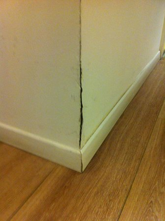 Sea Executive Suites: Crack in wall