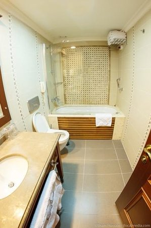 GLK PREMIER Regency Suites & Spa: Bathroom inc jacuzzi bath