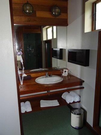 Iloha Seaview Hotel: Salle d'eau bungalow tropique