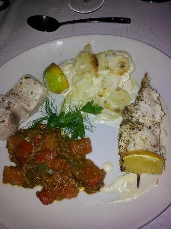 Iloha Seaview Hotel: Plat proposé en demi pension: brochette de poisson