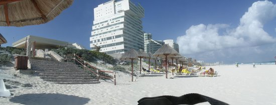 Park Royal Cancun: Hotel visto da praia
