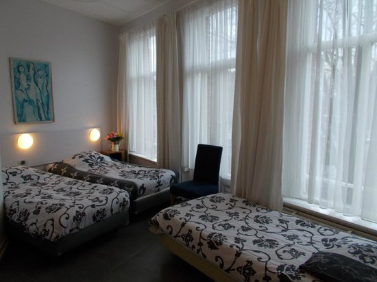 Kooyk Hotel : family room with private shower.