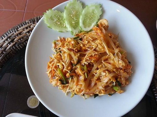 Maleedee Bay Resort: Pad thai kai at the hotel....nice :)