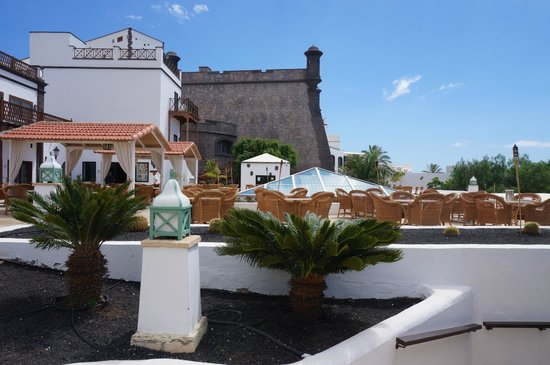 Gran Castillo Tagoro Family & Fun: Outdoor seating by hotel lobby