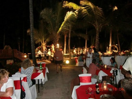 Diani Reef Beach Resort & Spa : Tables beautifully set out for