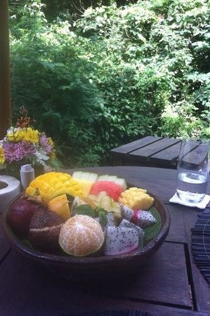 Hanging Gardens of Bali: Tropical fruit at the picnic lunch.