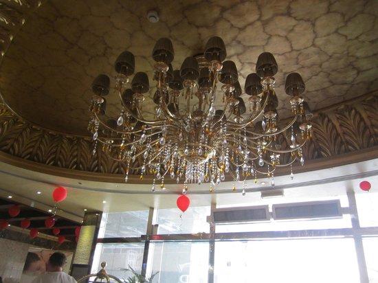 Crystal Plaza Hotel Sharjah: красавица люстра в отеле