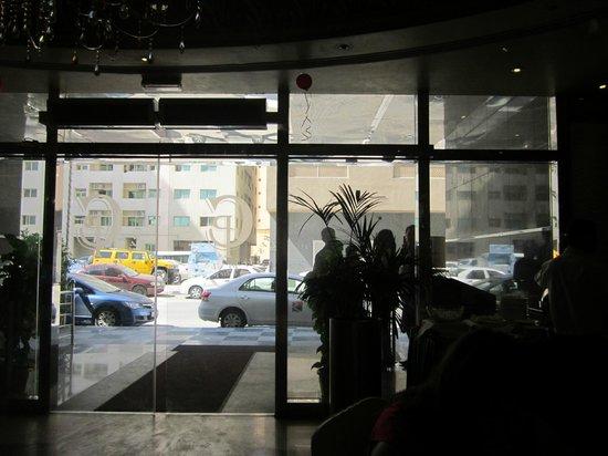 Crystal Plaza Hotel Sharjah: выход из отеля