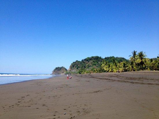 Playa Hermosa: Black sand