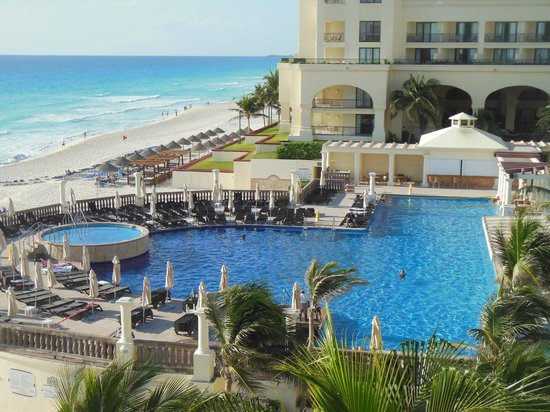 Marriott Cancun Resort: Pool and beach area