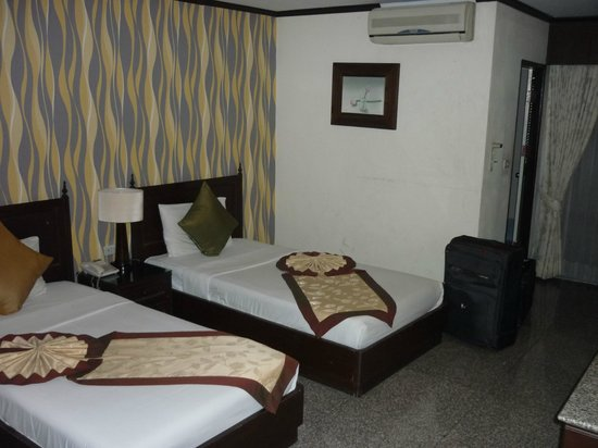 Royal Peninsula Hotel Chiang Mai : Superior Room - slightly dated aircon