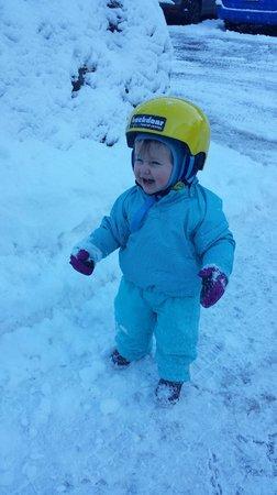 Hotel Lauberhorn: Klara erlebt Schnee :)