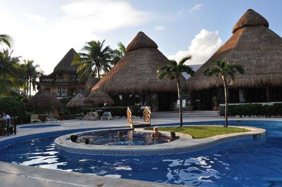 Mahekal Beach Resort: Pool and Aventura Restaurant