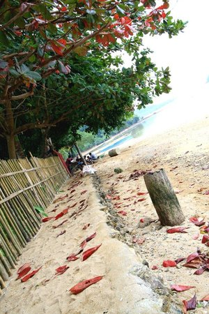 Lugadia Beach Cottages: Walkway beyond the fence.
