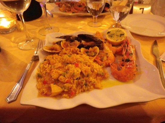 Grill Costa Mar : Paella med fisk och skaldjur.