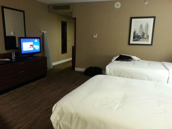 Hilton Toronto: Pair of double beds in room facing the street