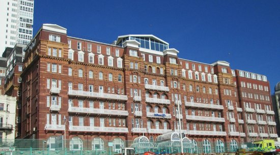 Hilton Brighton Metropole: Outside of the hotel from the Beach