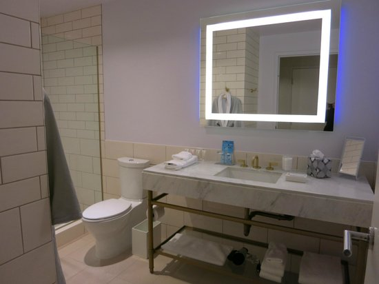 21c Museum Hotel Bentonville: Nice, large bathroom with everything you'll need