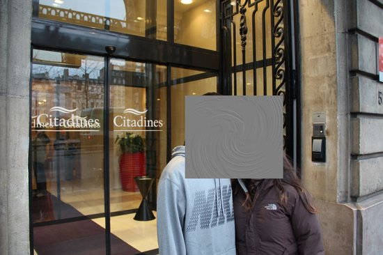 Citadines Saint-Germain-des-Pres Paris : Front of hotel, beautiful iron gates