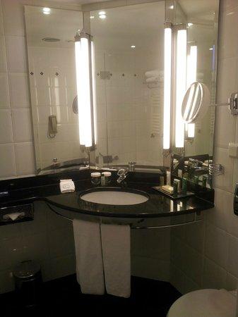 Hilton Berlin : Übersichtliches Bad
