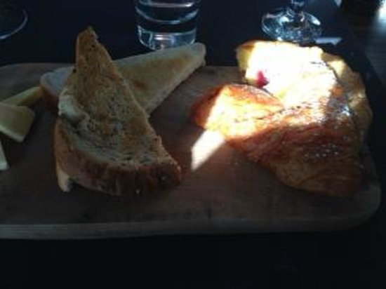 Mansion Restaurant & Wine Bar : Toast and croissants