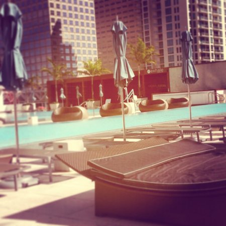 Kimpton EPIC Hotel : Easy places to work via laptop with view of pool