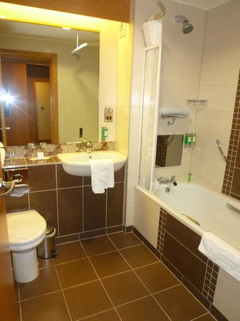 Belmore Court Motel: luxurious bathroom - note the TV in the bath