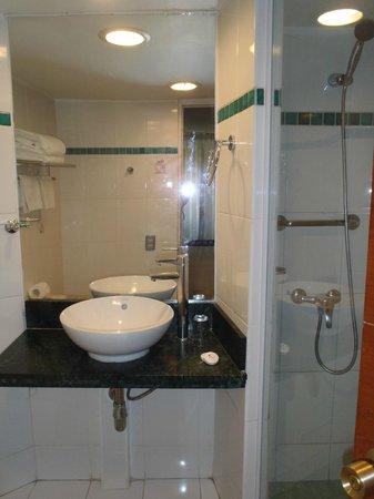 Hotel Montecarlo: Salle de douche