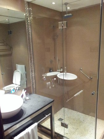 Hotel Colonial Barcelona: cool shower room