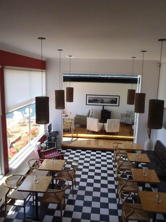 Ultramar Hotel : Salle de petit déjeuner et Bar/salon
