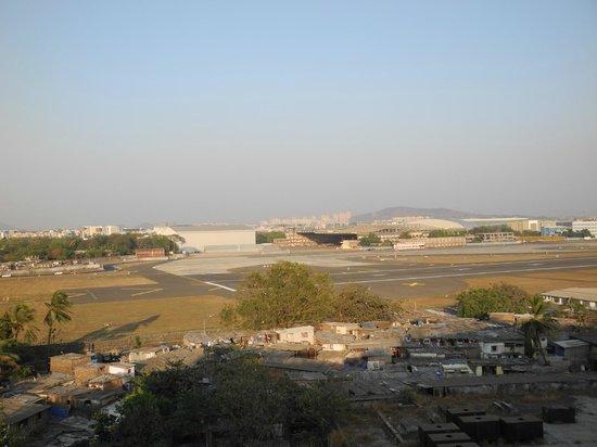 The Orchid Mumbai Vile Parle: Вид на аэропорт