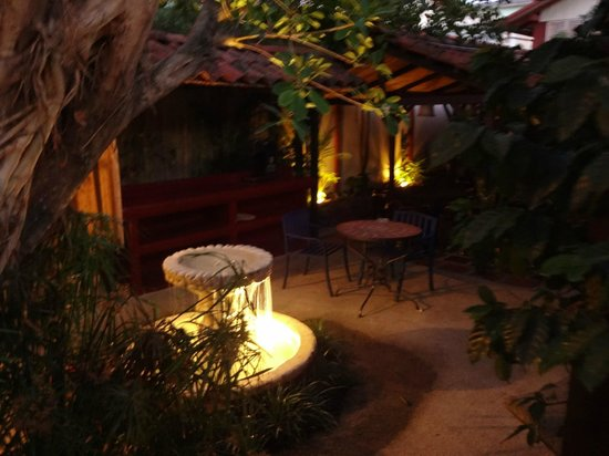 Hotel Los Volcanes B&B: Courtyard by night