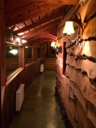 Hotel Frau Holle: Walkway between B&B and restaurant