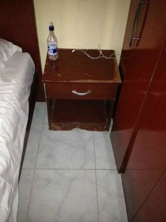Mansea Beach Hotel: old furniture falling apart