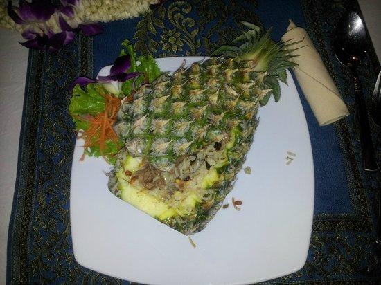 Manubai Restaurant Lounge-bar: Riz frit au boeuf servi dans un ananas