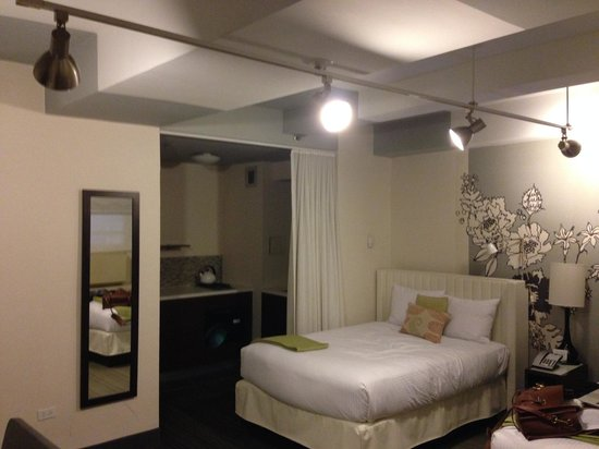Studio Suite w/Kitchenette (there\'s a 2nd bed to the right ...