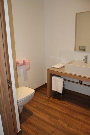 Hôtel Mariosa : Des WC dans la salle de bains alors qu'annoncés séparés