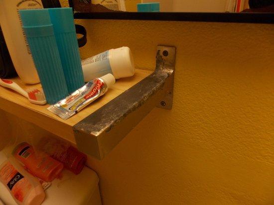 Pacific Edge on Laguna Beach, a Joie de Vivre Hotel: bathroom self chrome peeling