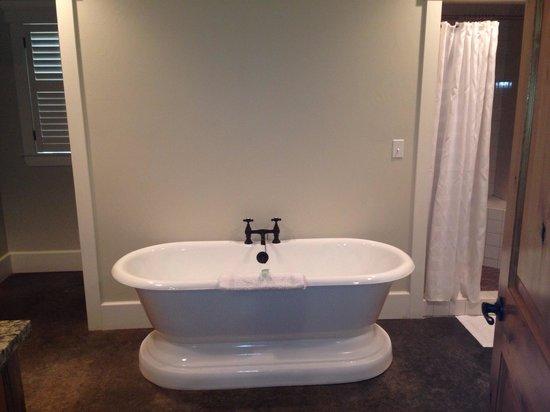 Hoffman Haus: Beautiful tub in the Laurel Room